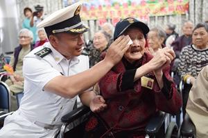 遼寧艦航母編隊及駐港部隊官兵探訪香港安老院