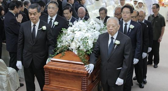 張曉明、殷曉靜出席鄭裕彤出殯儀式